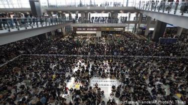 https://thumb.viva.co.id/media/frontend/thumbs3/2019/08/13/5d519b2c74dff-aksi-protes-berlanjut-bandara-hong-kong-batalkan-semua-keberangkatan_375_211.jpg