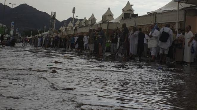 Hujan Deras Mengguyur Kawasan Mina
