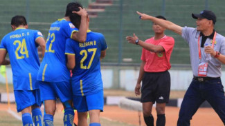 Para pemain Bandung United merayakan gol.