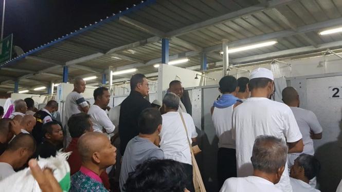 Menteri Agama Lukman Hakim Saifuddin antre di toilet Mina