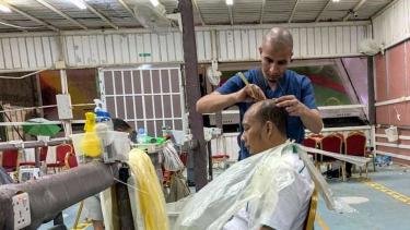 Memotong rambut hingga plontos usai melempar jumrah.