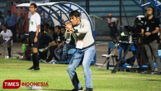 Salah satu aksi Nil Maizar saat memberikan arahan kepada pemain Persela, (FOTO: MFA Rohmatillah/TIMES Indonesia)