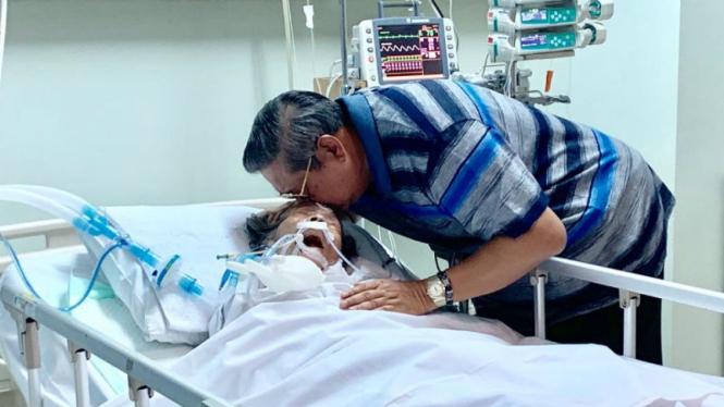 SBY bersama Ibundanya yang tengah dirawat.