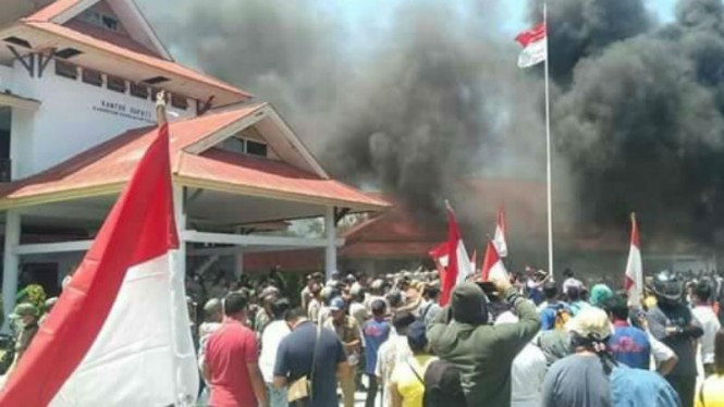 Pendukung bakar-bakaran di kantor Bupati Tulaud
