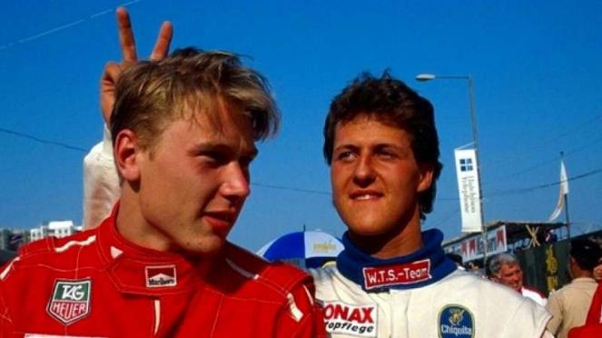 Mika Hakkinen (kiri) dan Michael Schumacher (kanan)
