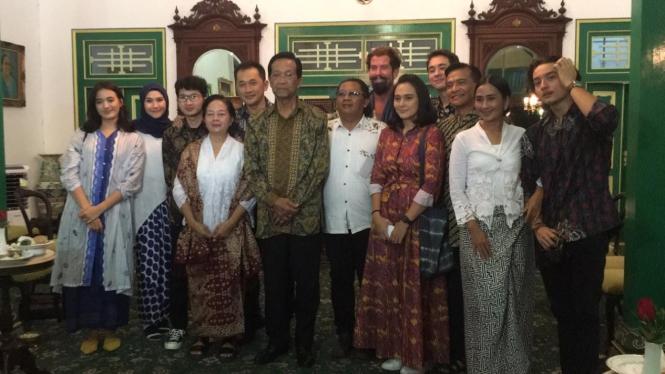Sri Sultan Hamengkubuwono X dan tim Bumi Manusia