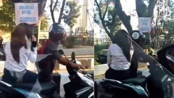 Pacar mendorong motor yang mogok.