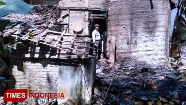 https://thumb.viva.co.id/media/frontend/thumbs3/2019/08/15/5d54820ddde3a-karena-api-sekam-rumah-kepala-dusun-di-ngawi-hangus-terbakar_375_211.jpg