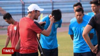 Pelatih Persela, Nil Maizar memberikan arahan kepada anak asuhnya, (FOTO: MFA Rohmatillah/TIMES Indonesia)