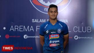 Pemain muda Arema FC Muhammad Rafli memakai jersey baru dalam peluncuran di kantor Arema FC Jalan Mayjen Pandjaitan no 42 Kota Malang pada (14/8/2019) (Foto: Ovan Setiawan/TIMES Indonesia )