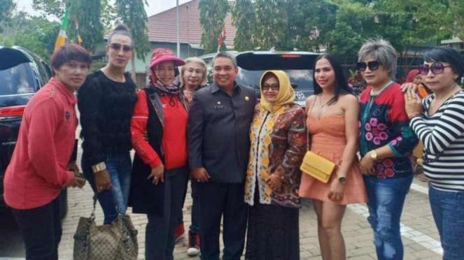 Wali Kota dan Wakil Wali Kota Banjarbaru berfoto dengan kelompok waria.