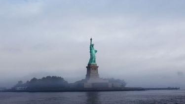 https://thumb.viva.co.id/media/frontend/thumbs3/2019/08/15/5d54d4ca11f74-batasi-jumlah-imigran-pemerintahan-trump-ubah-puisi-di-patung-liberty_375_211.jpg