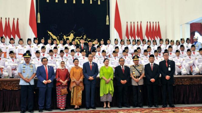Presiden Joko Widodo bersama Paskibraka 2019