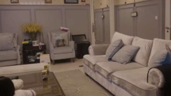 Ruang keluarga di rumah Rieta Amalia