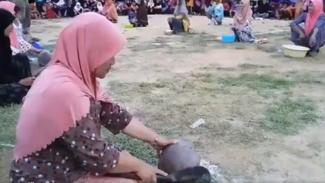 Lomba kupas kelapa di Aceh