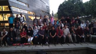 Diskusi yang membahas gugatan Majelis Wali Amanat (MWA) Universitas Indonesia (UI) di Taman Lingkar UI.