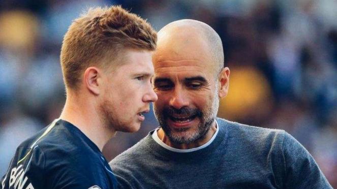 Manajer Manchester City, Pep Guardiola, memberi instruksi kepada Kevin De Bruyne