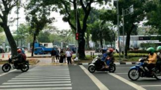 https://thumb.viva.co.id/media/frontend/thumbs3/2019/08/17/5d57490a99591-ilustrasi-lalu-lintas-di-jalan-medan-merdeka-selatan-jakarta_325_183.jpg