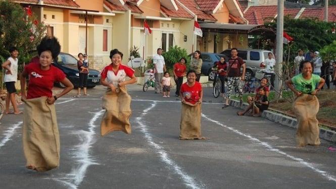 Lomba Balap Karung, Image By : https://ginaujawa.files.wordpress.com