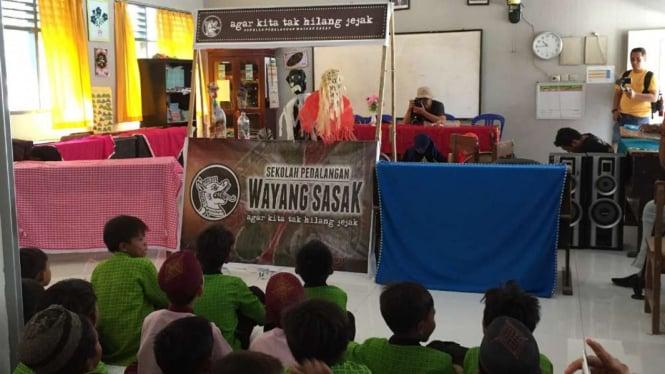 Dalang cilik tampil menghibur siswa SDN 47 Ampenan Mataram, NTB.