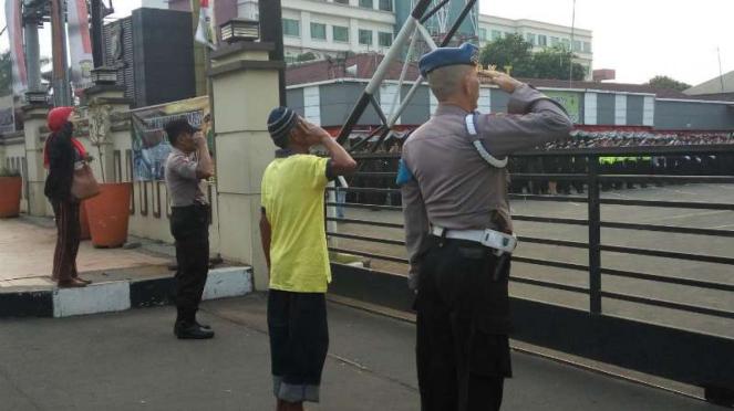 Kong Nur (baju kuning) ikut upacara HUT RI ke 74 dari luar Polresta Depok.