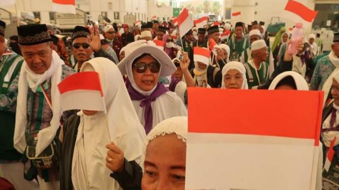Jemaah haji Indonesia menyanyikan Lagu Indonesia Raya di Bandara Jeddah
