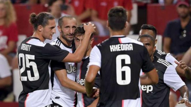 Pemain Juventus rayakan gol Paulo Dybala.