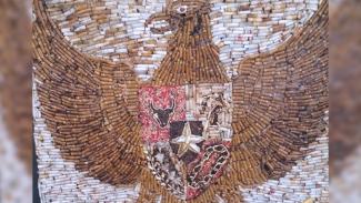 Lukisan garuda yang dibuat Gufron dari puntung rokok. (FOTO: Istimewa)