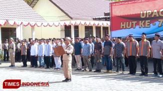 Hamim Tohari memimpin pembacaan ikrar kesetiaan kepada NKRI dalam upacara HUT RI ke-74, Sabtu (17/8/2019). (FOTO: MFA Rohmatillah/TIMES Indonesia)