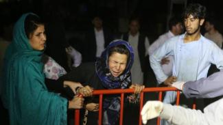 Para kerabat korban ledakan berkumpul di luar rumah sakit Kota Kabul. - EPA