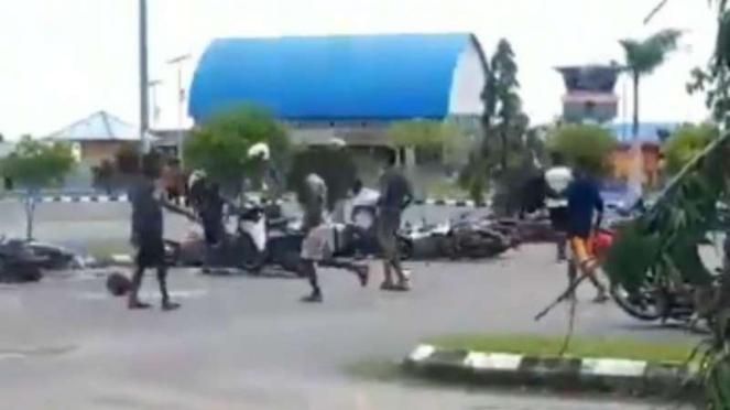 Massa merusakan motor di parkiran Bandara Sorong, Papua Barat.