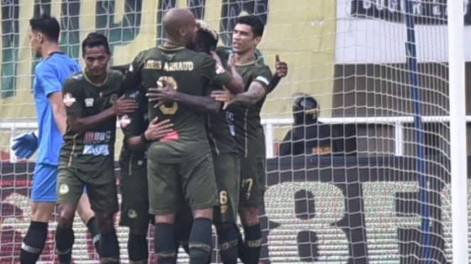 Para pemain Tira Persikabo merayakan gol
