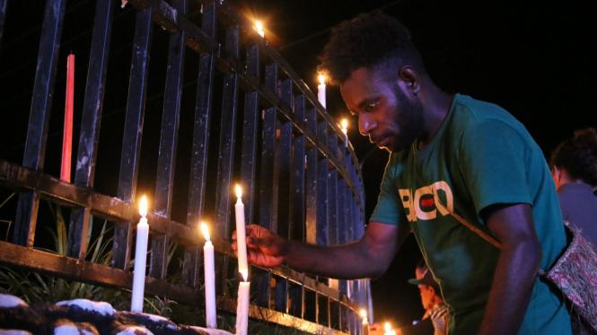 Warga Papua nyalakan lilin, aksi damai di Bundaran Tugu Perdamaian Timika Indah.