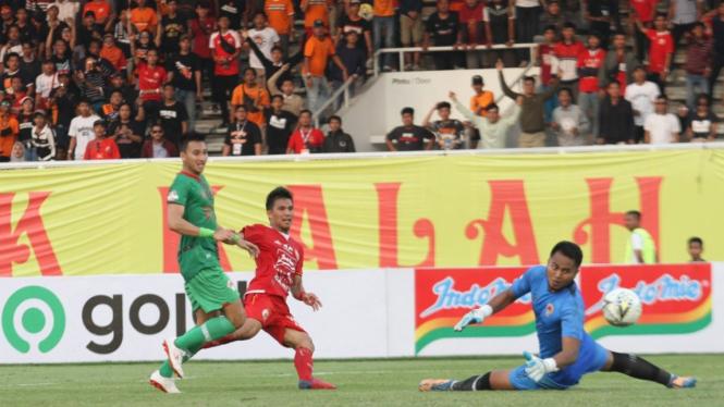 Pemain Persija Sandi Sute saat bermain menghadapi Kalteng Putra dalam pertandingan lanjutan liga 1 di Stadion Madya, Jakarta, Selasa 20 Agustus 2019.