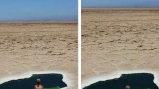 Kolam di tengah gurun.
