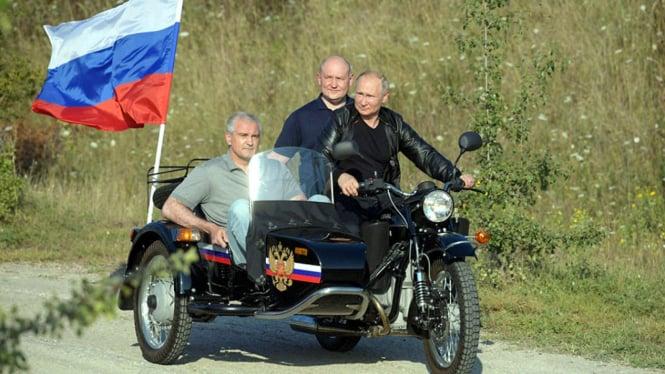 Presiden Rusia, Vladimir Putin (memegang setang)