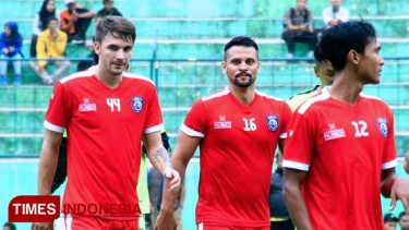 https://thumb.viva.co.id/media/frontend/thumbs3/2019/08/21/5d5c54c97a571-arema-fc-resmi-coret-pavel-smolyachenko_375_211.jpg