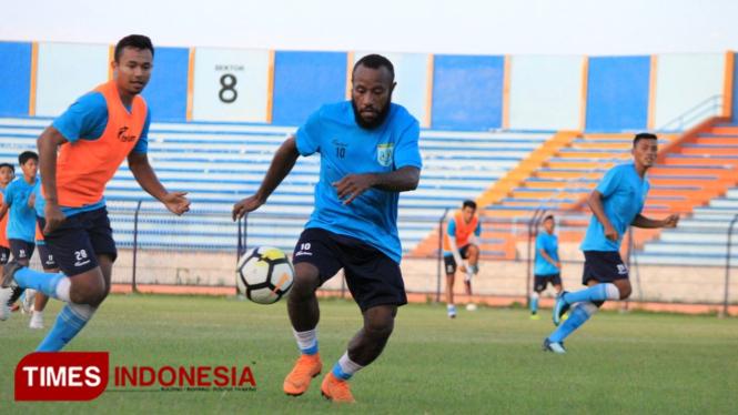 Salah satu aksi Anis Nabar saat menjalani latihan bersama Persela Lamongan, (FOTO: MFA Rohmatillah/TIMES Indonesia)