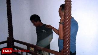 Kanit Reskrim Polsek Tanah Merah Aipda Priyanto, ketika mengamankan tersangka kasus narkoba usai diturunkan dari plafon rumah. (FOTO: Istimewa)