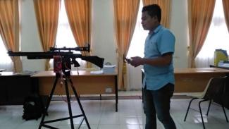 Ririn Efendi uji senapan dengan perangkat lunak buatannya