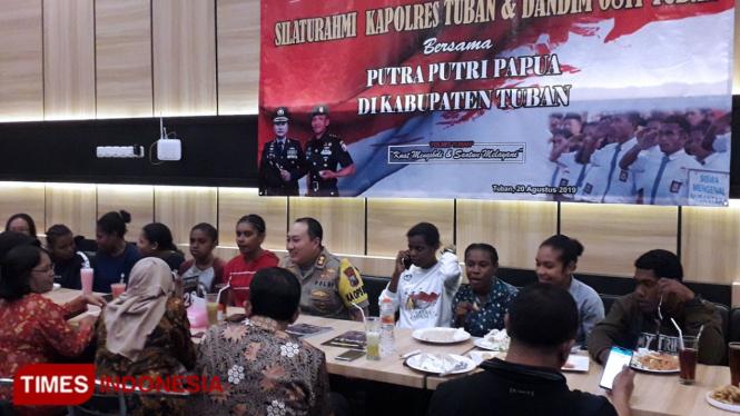 Kapolres Tuban beserta jajarannya saat berbincang bersama putra-putri asal Papua, Rabu, (21/08/2019) (Foto: Achmad Choirudin/TIMES Indonesia)