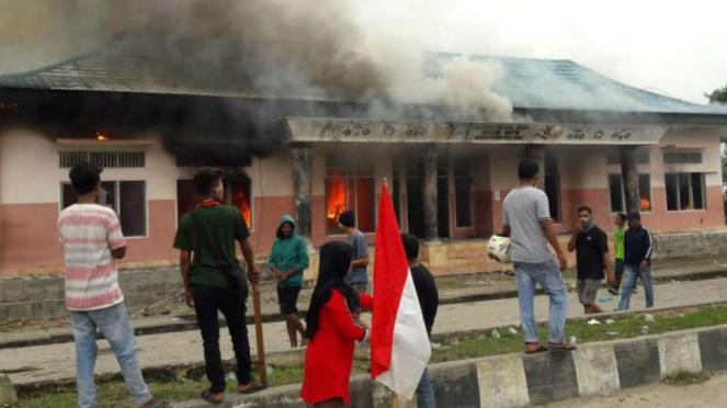 Massa pro NKRI menyerang massa yang mengibarkan bendera bintang kerjora