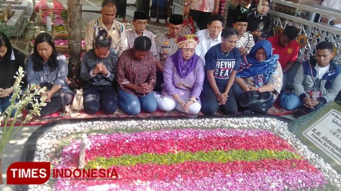 Suasana keakraban saat 14 mahasiswa Papua dan Yenny Wahid berziarah ke Makam Gus Dur. (Moh Ramli TIMES Indonesia)