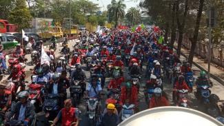 Sejumlah buruh yangtergabung dalam Aliansi Buruh Banten Bersatu bergerak menuju Istana Negara, Jakarta, untuk menolak revisi UU Ketenagakerjaan pada Rabu, 21 Agustus 2019.