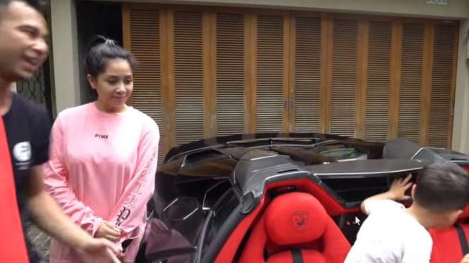 Raffi Ahmad, Nagita Slavina, dan Rafathar menjajal interior mobil Lamborghini