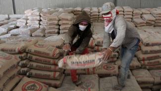 https://thumb.viva.co.id/media/frontend/thumbs3/2019/08/22/5d5ded483e163-volume-penjualan-pasar-domestik-semen-capai-13-492-juta-ton-semen-indonesia_325_183.jpg