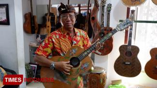 Karya seniman gitar ukir kelas dunia, I Wayan Tuges akan menampilkan 10 karya terbaiknya dalam Guitar Expo Hard Rock Hotel. (Foto: Imadudin M/Times Indonesia)