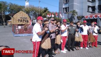 Forkopimda Gresik saat berfoto dengan segerombol warga yang memakai baju adat Papua. (Foto: Akmal/TIMES Indonesia)
