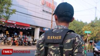 Personel Banser GP Ansor Kota Surabaya diterjunkan langsung untuk memberi pengamanan di sekitar Asrama Mahasiswa Papua Surabaya, Kamis (22/8/2019). (Foto: Lely Yuana/TIMES Indonesia)