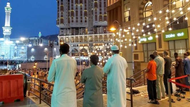 Aktivitas berhenti ketika azan berkumandang di Mekah